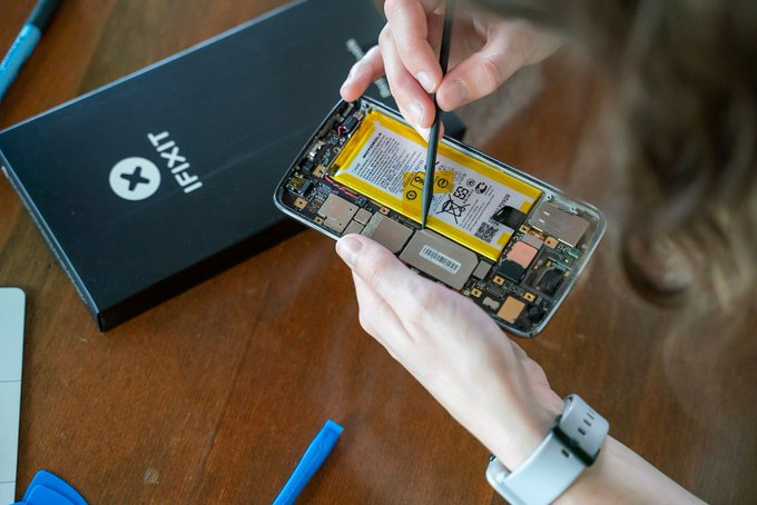iFixit claimed that Moto Razr is an unpractical phone to repair
